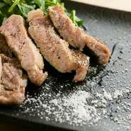 島豚特有の肉の旨みと上品な脂の旨味を大切にし、低温でじっくり焼き上げた一品です。