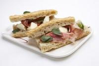 イタリアの平焼きパンの一種でオリーブオイルをたっぷり入れローズマリーで香りづけしました。