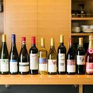 できるだけ顔の見える生産者のワインを仕入れるようにしており東北やオーストラリアの自分がいいと思ったワインを選んでいます。お客様の好みをお聞きして、ラベルを見ていただきながら説明を加え、選んでもいます。