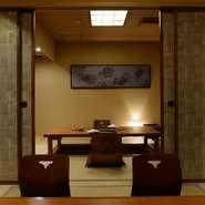 店内は掘りごたつ式の座敷席が3室のみ。2部屋は続き部屋となっているため8~10名の宴席も可能。料理人が各部屋に一人つき、目の前で蟹を捌く姿を楽しみながら料理が堪能できる贅沢なスタイルは、接待に人気です。