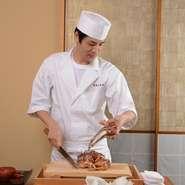 例えば胴体は茹でて蟹酢で、脚の最も太いところは備長炭で焼いて…と、部位ごとに味わい方や旨みの引き出し方が変わる蟹。部位ごとに調理法を変え、繊細な蟹の味を引き立てる味付けで提供しています。
