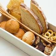 パンは全粒粉の丸パンやライ麦パン、タラッリーニなど数種類。すべて厨房で焼く手づくりの味です。