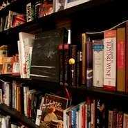 待合コーナーには本棚があり、料理のほかアートに関するコレクションも。宮木氏の幅広い趣味が伺えます。