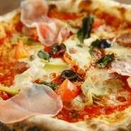 食材を沢山使った豪華なピッツァです。サルシッチャ・生ハム・オリーブ・アーティチョーク・アンチョビ・トマト・胡桃・ナポリサラミ・イタリアンソーセージ・フリアリエッリ等 日により具材が変わることも