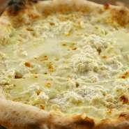 6種のチーズを使った濃厚なピッツァ。フィオレディラッテ・アッフミカータ・ゴルゴンゾーラ・タレッジォ・リコッタ・グラナパダーノ。食べる程にクセになる味です。遠方よりこれを目当てに来られる方 多し。