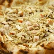 塩味のある自家製生地にチーズ・数種のきのこ・ニンニク・ベシャメルソースをかけたピッツァ。塩・胡椒だけなのに旨味が押し寄せてきます。きのこは偉い。仕上げに塩レモン少々 こちらも当店オリジナルメニューです