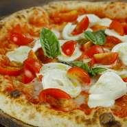 水牛モッツァレッラとトマトを乗せ焼き上げます。 焼き上げた上に温めた生の水牛モッツァレッラを トッピング。 塩、胡椒、オリーブオイルで仕上げ。ミルク感漂う味わい。 当店を代表するピッツァ、人気NO,1