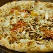 香りを楽しんで頂きたい当店オリジナルPIZZA ポルチーニ・黒トリュフで作ったソースにしめじ・舞茸・えのき・エリンギ 一気に窯で焼き上げます。きのこの、良い香りを存分にお楽しみ下さい!