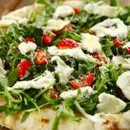 香ばしく焼き上げた素焼きの生地に、自家製イタリア野菜を敷き、新鮮な水牛モッツァレラ、チェリートマトを乗せ、塩、胡椒、エキストラ・ヴァージンオイルを振り掛け、サラダ感覚でお召し上がり頂きます。