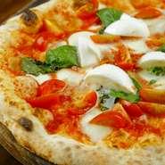 水牛モッツァレッラを使った一枚。焼いたピッツァの上に更に、人肌に温めたモッツァレッラをトッピング。