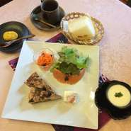・サラダ ・キッシュ2つ ・チーズ豆腐 ・サーモンマリネ ・他1品 ・スープ ・パン ・デザート、コーヒー