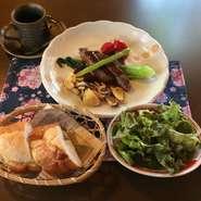 ・サラダ ・牛ステーキ ・パン又はライス ・コーヒー