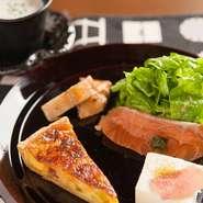 パスタのソースに味噌を使うなど、和素材を取り入れています。デザートにあずき、ほうじ茶といった素材も。