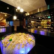 店内に一歩入ればそこは、どこか温かく心地よい空気漂う雰囲気満点のオシャレな空間。全国各地より厳選の牡蠣と選りすぐりのワインで、カジュアルに大人の夜を楽しめるのが嬉しい。