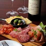 美味しいものに徹底してこだわった選りすぐりの逸品を、今宵選んだワインとともにぜひ、召し上がれ。