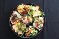 ・鶏胸のポシェとボローニャソーセージスライスのサラダ・ローストポークとソーセージ盛合わせ・真鯛のポワレ・海老と帆立貝のアヒージョ・カクテルサンドとサラダ・からあげ&ポテト