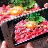 濃厚スープが旨いもつ鍋、自家製焼き餃子、新鮮なお刺身などを堪能できるコース。