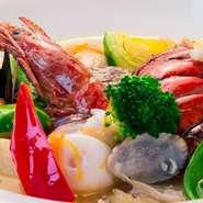 フュメ・ド・ポワソン(魚のだし汁)で煮込んだスープ仕立て。魚介の旨みがギュッと詰まった一品です。