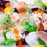 季節の新鮮な魚介と特製ドレッシングが絶妙にマッチ。目で見ても楽しめる、彩り豊かな一品です。