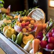 店内に入るとまず目を惹きつけられるのは、色鮮やかな野菜の数々。カウンター前のショーケースに美しく並べられた野菜は長野県産をはじめ、契約農場から届く新鮮なものばかり。野菜の魅力を堪能できる一軒です。
