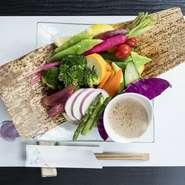 地元・長野県の季節の野菜を10種類以上盛り合わせたバーニャカウダ。旬の野菜ならではの瑞瑞しい食感が魅力です。アンチョビとニンニクが香る特製のソースにディップして召し上がれ。