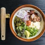 すりこぎでゲスト好みの食感にすることで完成する人気のひと皿。蒸したてのお野菜、高菜、明太子を一つにまとめるのはこだわりのヨネーズ。すべての素材が合わさることで絶妙のハーモニーを奏でます。