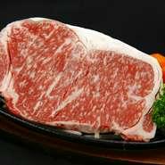 産地ならではの味。赤身が多く適度な脂身が絶妙なバランスのあか牛のステーキにオリジナルソースをかけて。