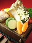 ヘルシー志向の女性に人気の1品です。熊本県産の野菜をセイロで蒸して、特製ポン酢でサッパリと