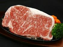 和牛本来の肉の味が楽しめる阿蘇のあか牛。柔らかな赤身が絶品!