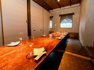 落ち着いた雰囲気でデートや接待にぴったりな掘りごたつの個室