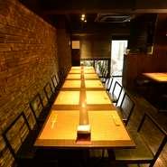 2階テーブル席は最大で22名が入れます。14名から貸切できるので、ちょっとした食事会や、小規模パーティーなどに最適。コースによっては、30種類以上のお酒から選べる飲み放題を付けることも可能です。