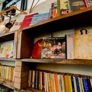 手づくりのテーブルや使い込まれた椅子が配された店内は、初めてでもくつろげる空間。本棚には読み古された本が並び、知人の家に招かれたかのよう。リラックスして料理とワインを楽しめる、居心地の良いお店です。