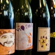 店には大きなワインセラーを設置し、約500種類1000本以上を常備。ビストロ料理に合わせて、そのほとんどがフランス産です。自然派ワインは生産量が少なく、品揃えは次々に変わりますが、なかにはマニア垂涎の1本も。