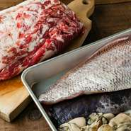 魚は鮮度と質を求めて築地で入手します。季節感溢れる野菜のなかには、自家菜園で育てたものも。肉料理にもこだわりがあり、豚肉は店内で熟成をさせてからメインのひと皿に仕立てます。
