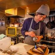 カウンター越しのオープンキッチンからは調理中の音や匂いが客席へと届き、食欲を刺激します。店内に目を配りながら料理を進めるので、サービスの良さも好評。どのスタッフも愛のある接客が信条です。