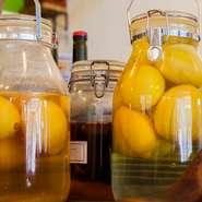 有機レモンを発酵させたシトロンコンフィ。手づくりへのこだわりは並々ならぬものがあります。