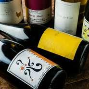 通を唸らせるレアなワインがある一方、手頃な価格帯も充実。グラスワインでの飲み比べも楽しめます。
