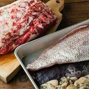 季節感を大切にしているため、築地に出かけて旬の魚を手に入れます。肉はそのまま使うのではなく、豚肉を店内で熟成させるなどひと手間かける工夫も。季節によっては自家菜園の採れたて野菜も料理に使います。