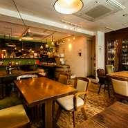 8名が座れる大テーブルがあり、グループ客に好評です。一方、カウンター席ではひとりで気兼ねなく食事をすることも可能。満席の時は、カウンターの一角で立ち飲みをする人も。様々な使い方ができる空間です。