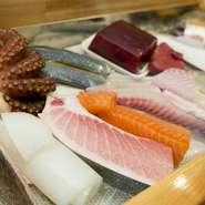 海の幸、山の幸、どちらも豊富な長崎県。鯨ももちろんですが、新鮮な魚が豊富にとれる地域です。日によって仕入れる種類が変わる魚は、どれも鮮度には自信あり。ショーケースを是非ご覧ください。