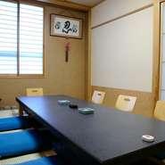 しっとりと趣のある個室は、2名部屋から用意されている【なつめ】。周りを気にすることなく、会話とお食事が楽しむことができます。記念日など、大切な人との特別なひとときに。