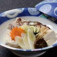 地元で獲れた食材を熟練の腕で和食の五法を使いこなし、いろいろな味わいで提供。訪れた人の好みに合わせ、魚の部位を変えるなど細かな心くばりが感じる日本料理のお店です。