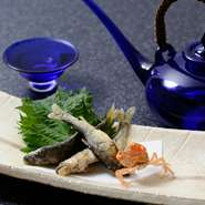 海の幸と山の幸に恵まれた徳島で獲れた、旬の食材をつかった料理を提供。天然物にこだわるため、食べることができる時期が限られています。季節ごとの料理をぜひ楽しんでいただきたいと思います。