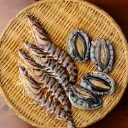 新鮮な食材を使うことがお店のこだわり。毎日市場より仕入れる魚介類は、地元近海で獲れたものや全国から集まった旬のもの。素材の旨味が活きた料理に仕上げられ提供されています。