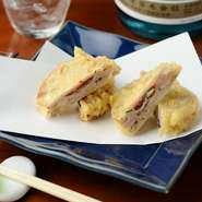 徳島県産のレンコンを使用。梅干しや鶏のつみれをはさんだ【紺屋町 のだ】の名物料理のひとつ。