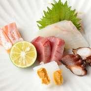 その日市場より目利きして仕入れた新鮮な魚介類5種類を盛り合わせた一品。