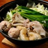 丁寧に鶏ガラからとったスープがベース。豚肉や鶏つみれ、野菜など具材をたっぷり入れた味わい深い逸品。〆のラーメンがおすすめの鍋です。ぜひご賞味ください。