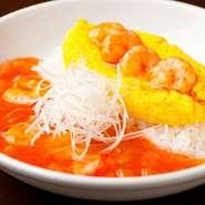 見た目にも色鮮やかで美しい『海老チリオムライス』は、ご飯の優しさとチリソースの刺激をまろやかな卵で包まれた創作中華料理です。チリソースのピリ辛さが苦手な人にも、ぜひお試しいただきたい一品。