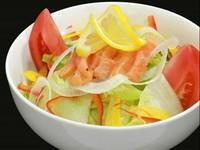 【選べるドレッシング】 (ごま・シーザー・青じそ)ドレッシング 新鮮な野菜がたっぷりのサラダに『マリネ・サーモン』をトッピング!! サーモンの旨味とみずみずしいサラダをご賞味下さい。