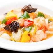 強火でサッと炒め、食材の旨味を逃しません。プリプリの海老と野菜の甘みをあっさりに仕上げています。